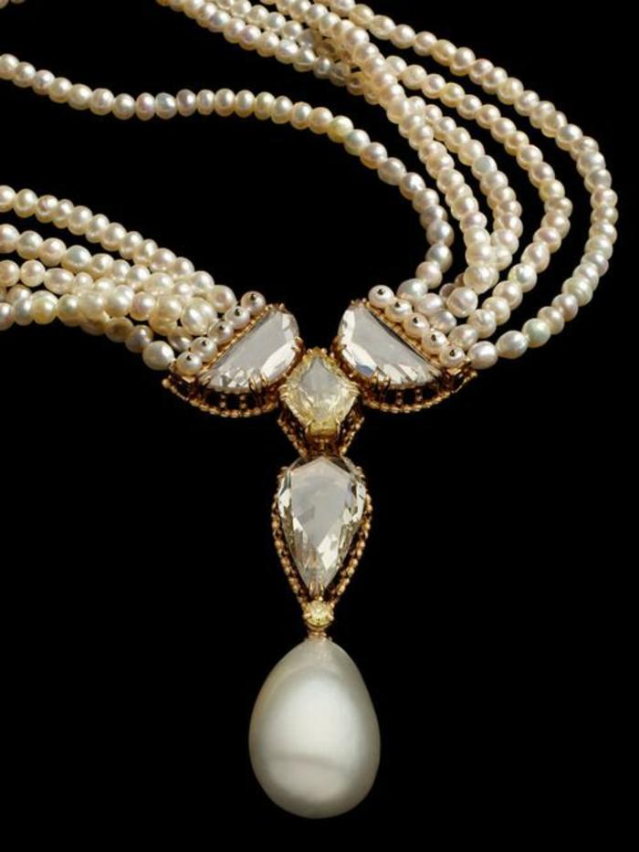 collier de perle se terminant avec une grande perle en forme de goutte