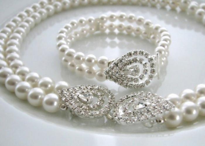 collier perles blanches avec des fermoirs en strass blanc en forme de grandes gouttes