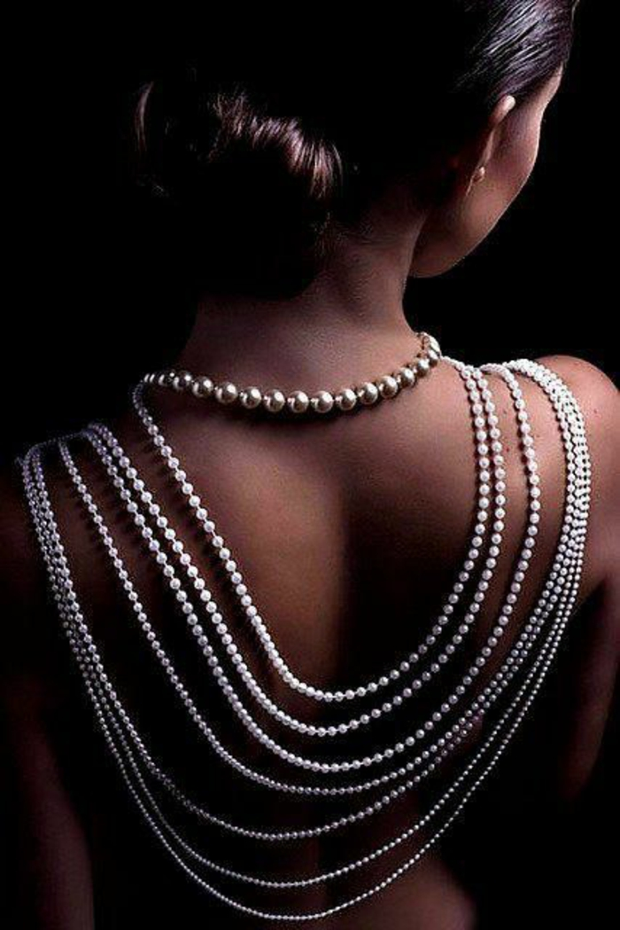 collier en perles de culture arrivantes sur le dos allure mystique