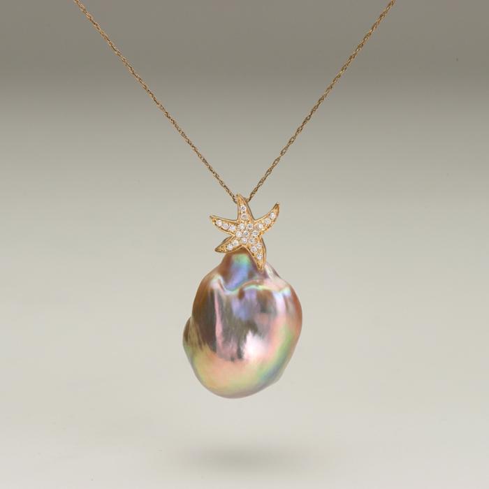collier en perles de culture aux reflets irisés avec une petite étoile en zirconiums blancs et chaine fine en or