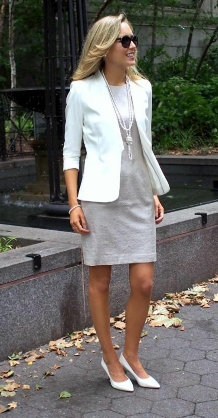 collier perles culture long avec veste blanche manches 3/4 et mini robe chaussures pointues blanches