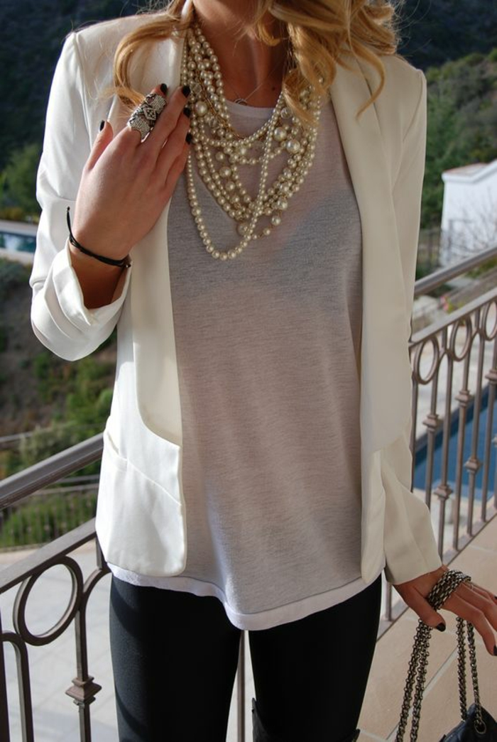 collier perles de culture pour un style décontracté avec pantalon skinny noir et blouse transparente blanche avec un soutien gorge en noir