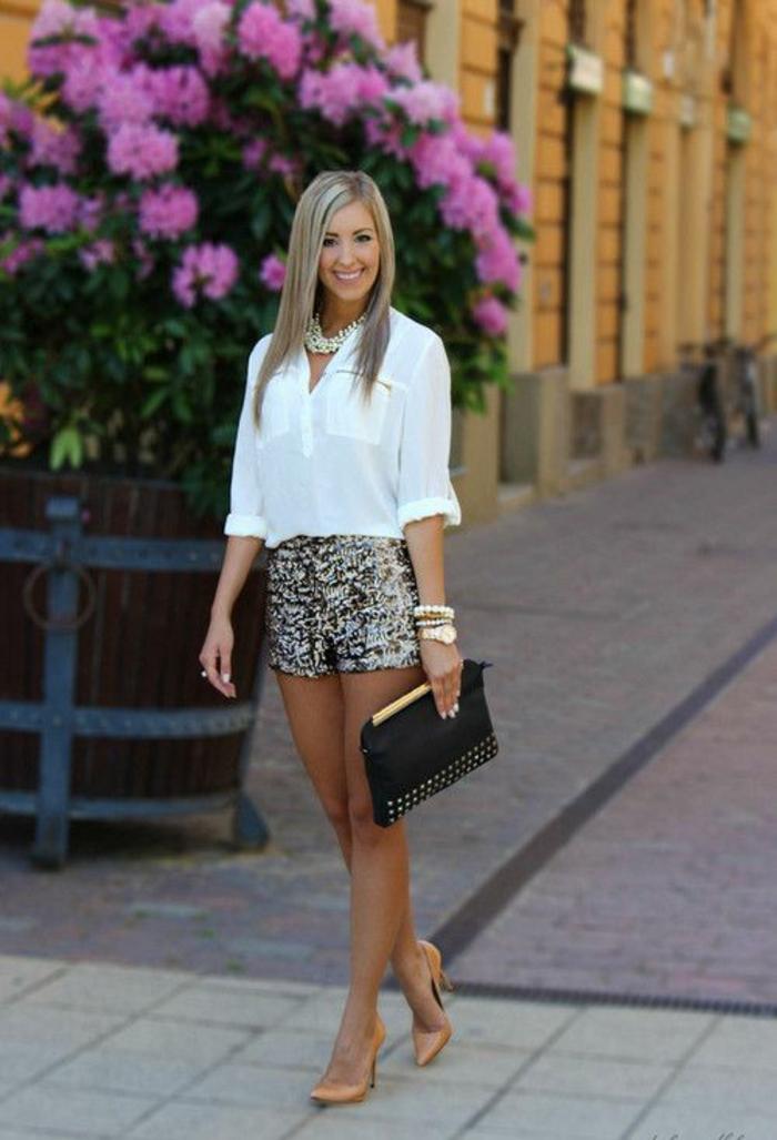 collier de perles de culture grand sur chemise blanche aux manches retroussées avec des shorts aux motifs léopard