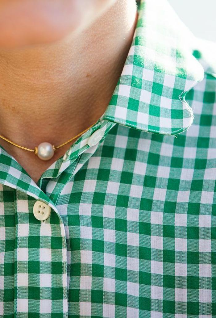 le collier de perle en or délicat et féminin meme sur chemisier à carreaux verts et blancs