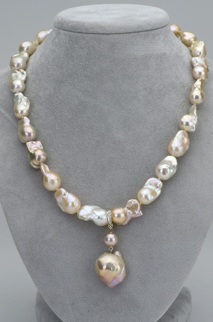 collier avec une perle formes irrégulières en beige et blanc avec des zirconiums