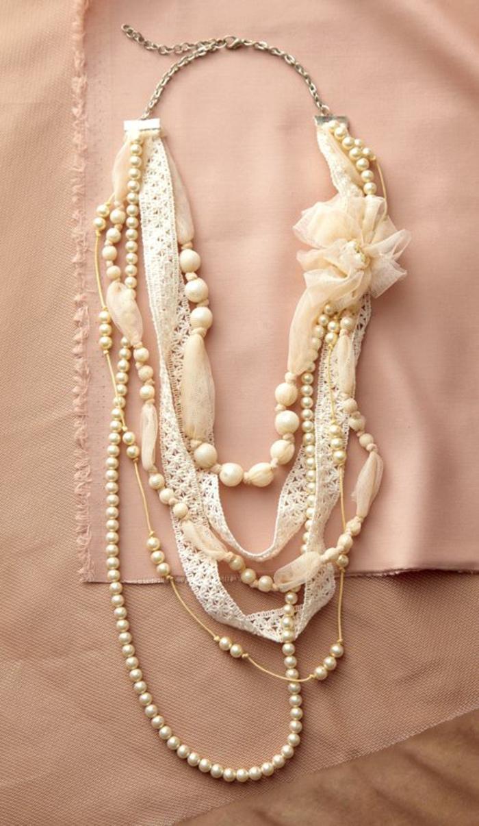 collier perles de culture en couleur crème avec tissu de la meme couleur en dentelle
