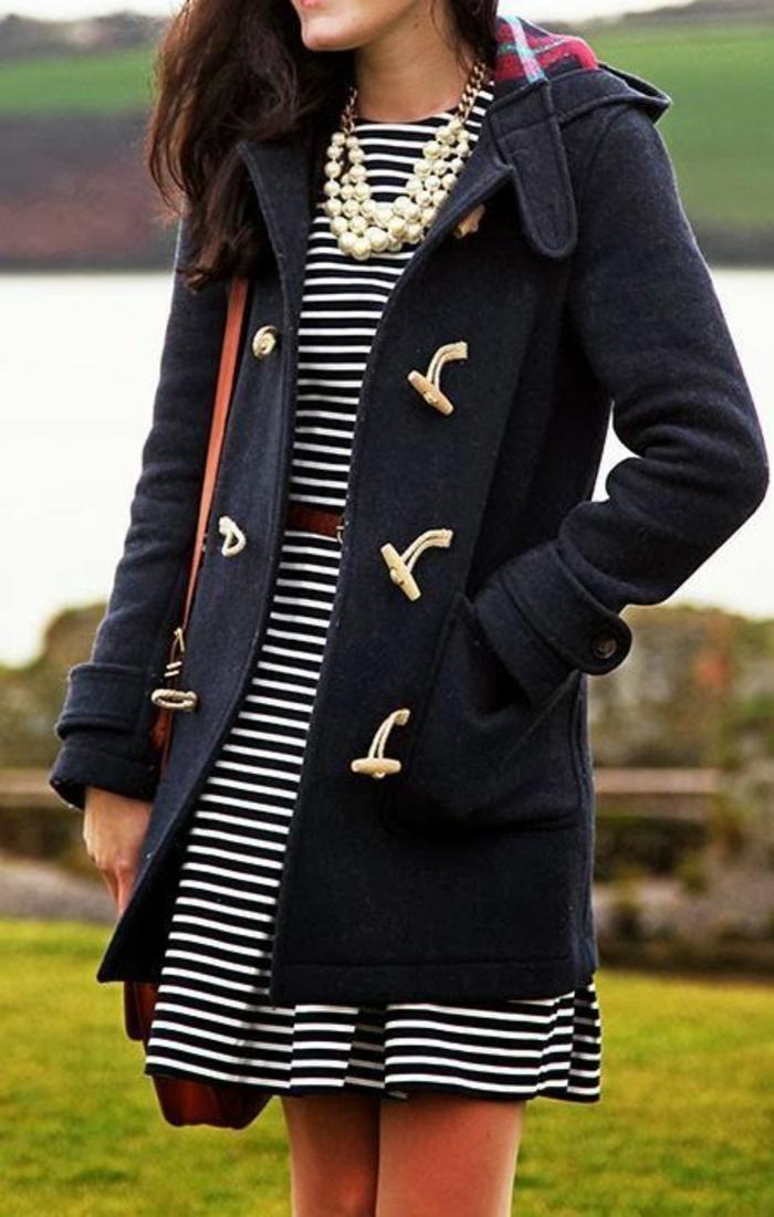 collier de perles de culture sur robe de style marin et trench coat en laine en bleu marine