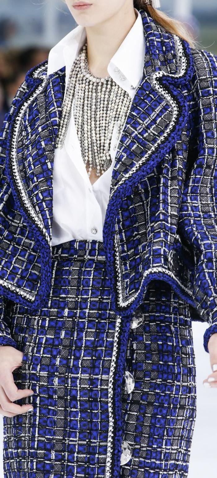 perle collier sur chemisier blanc au col pointu ouvert effet cascade sur ensemble en laine en bleu électrique