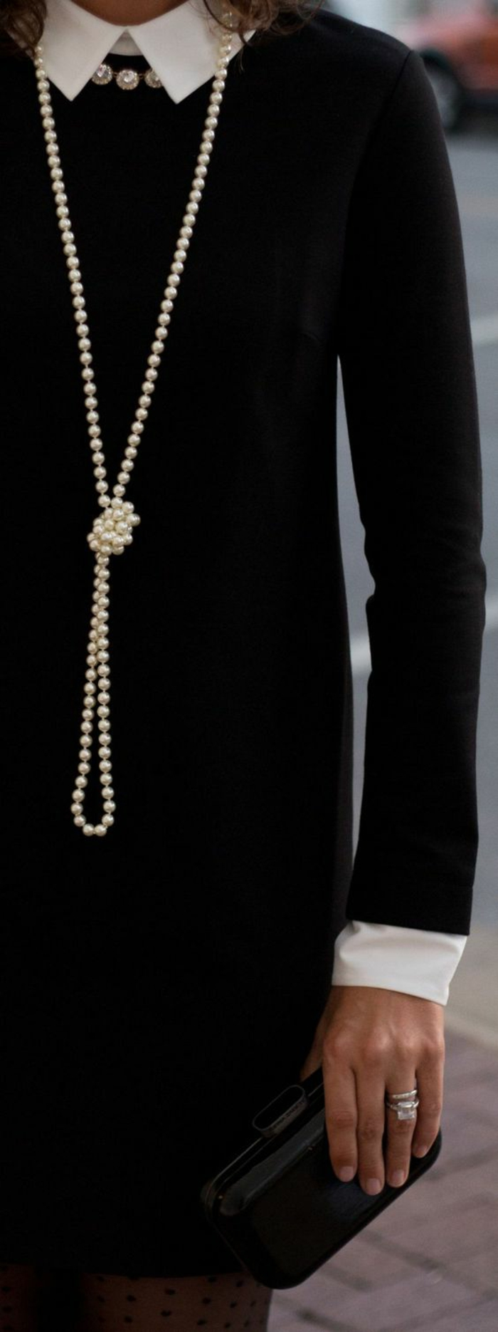collier perle long avec un noeud au milieu au col blanc sage sublimant et petite pochette noire