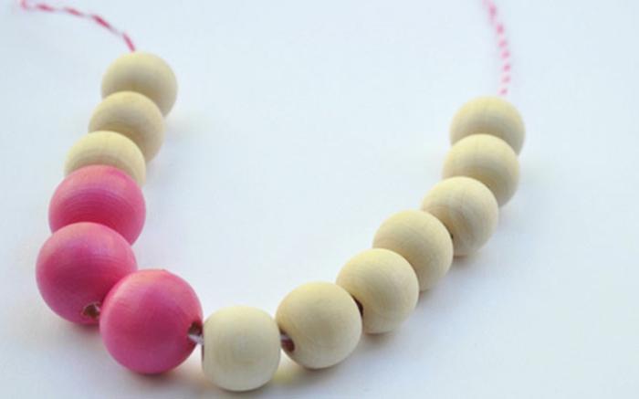 un collier en perles en bois nature et colorées en rose, idée de cadeau fête des mères à fabriquer, bijoux