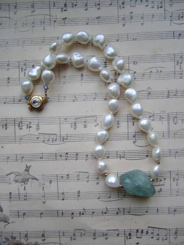 collier en perle avec aquamarine brut et fermoir au zirconium rond