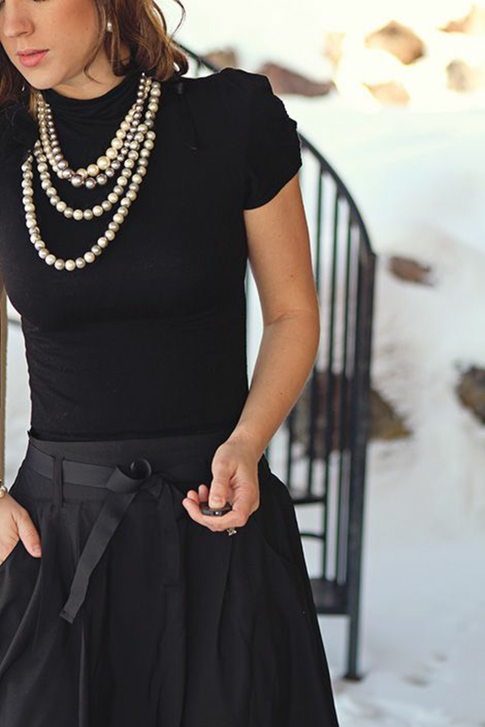 collier perle de culture avec jupe et top manches courtes noirs et boucles d'oreilles perles rondes