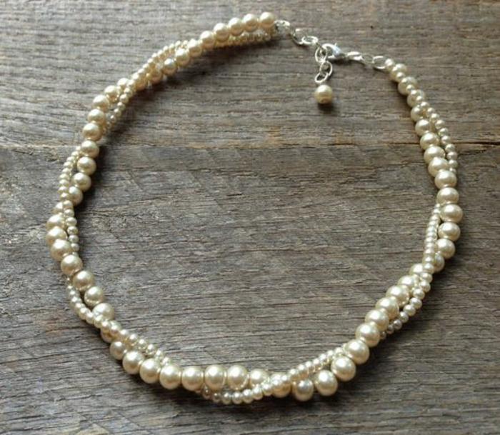collier de perles blanches ras du cou fermoir une perle délicate deux tours entrelacés