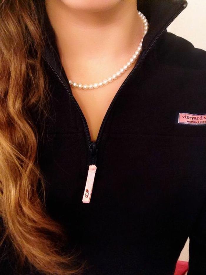 collier de perles blanches de culture longueur mini sur le cou avec pull noir