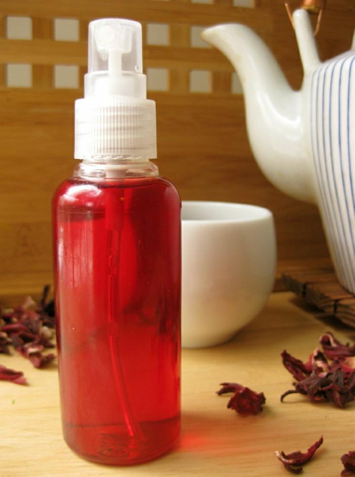 préparer un spray capillaire pour une coloration naturelle des cheveux roux, intensifier les reflets rouges avec infusion aux fleurs d'hibiscus