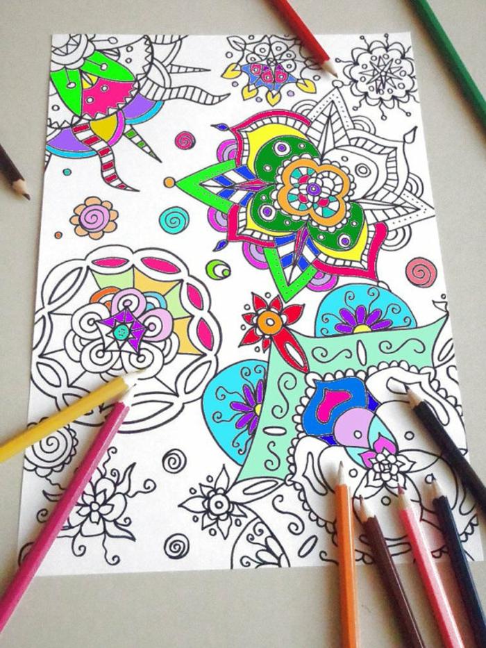 mandala à colorier, crayons, papier blanc, motifs floraux, coloriage mandala, activité enfant