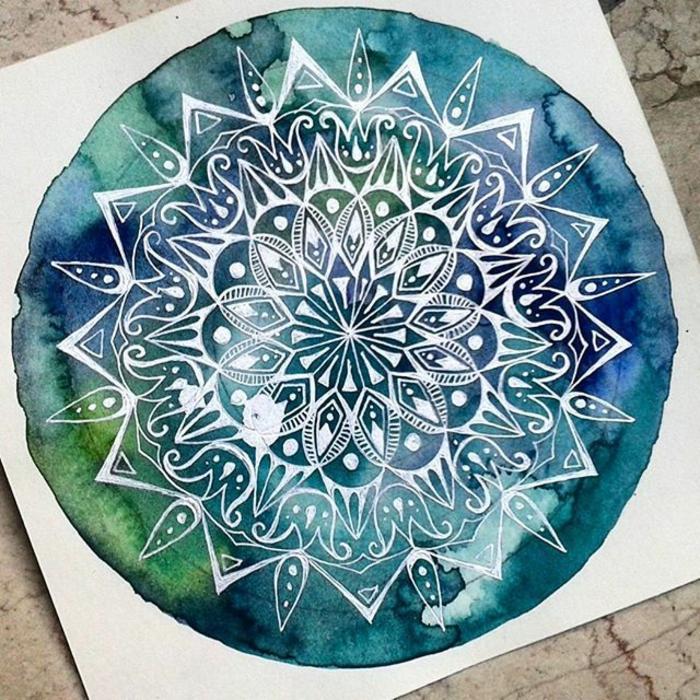 coloriage mandala, papier blanc, comptoir en marbre, dessin à aquarelle, mandala blanc