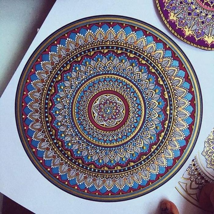 comment dessiner une rosace, papier blanc, cercles dorés, volutes, mandala multicolore