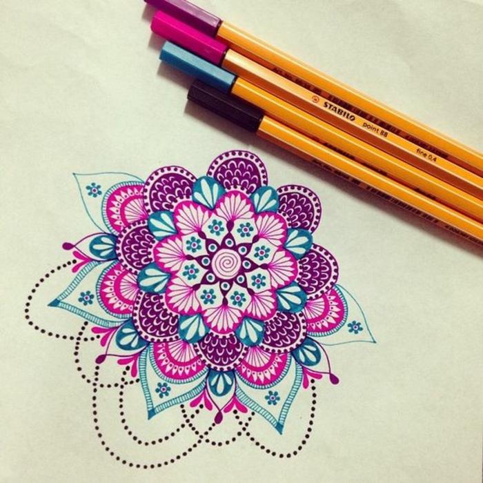 mandala facile a faire, motifs floraux, feuilles violettes, crayons, papier blanc, feuilles verts, guirlande en perles