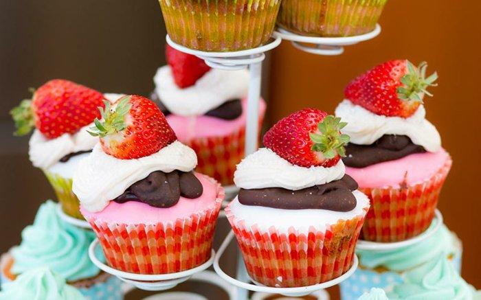 idée pour votre recette cupcakes, cupcakes à la fraise, chocolat et crème fraîche, idée de dessert mariage, occasion spéciale