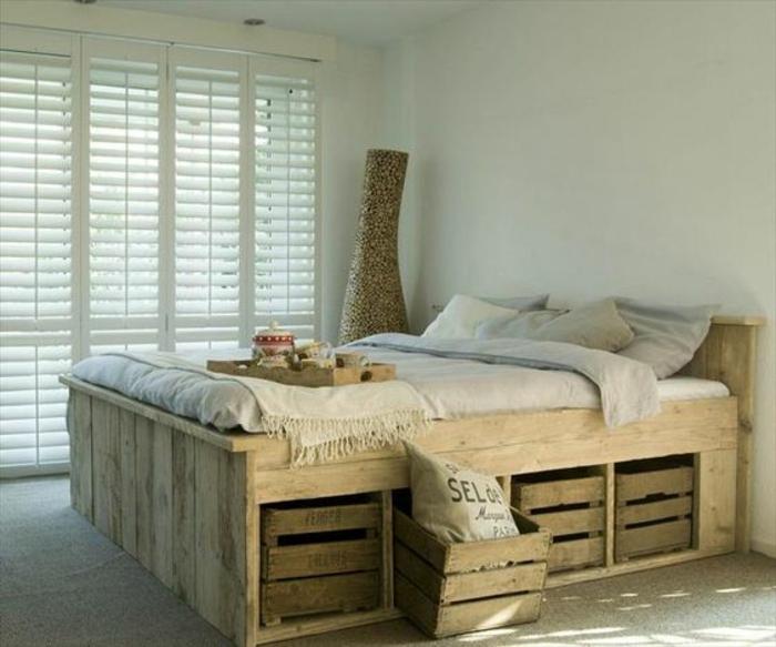 idée comemnt fabriquer un lit en palette avec des rangements intégrés, linge de lit en gris et blanc, tapis gris, amenagement chambre adulte