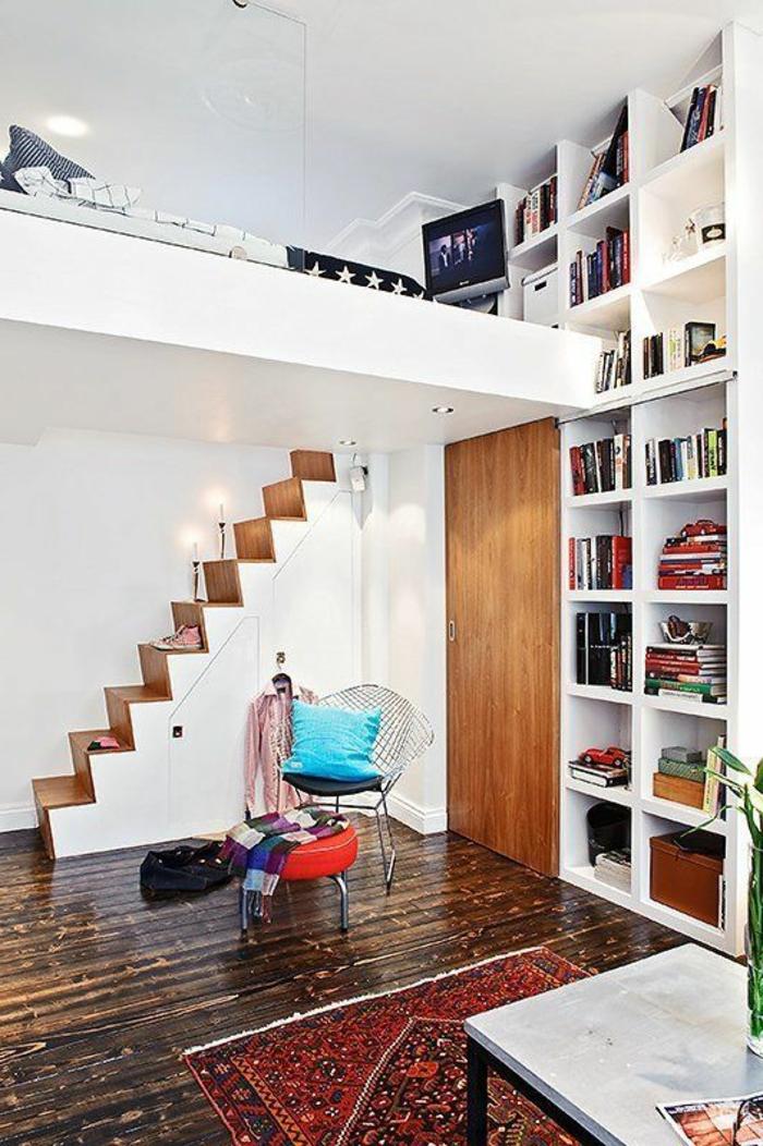 comment aménager une petite chambre, étagères intégrées blanches, escalier et lit suspendu