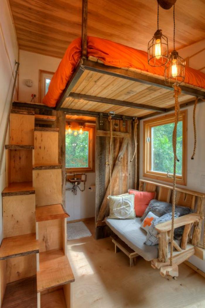 comment aménager une petite chambre, escalier modulable en bois, lit suspendu au plafond