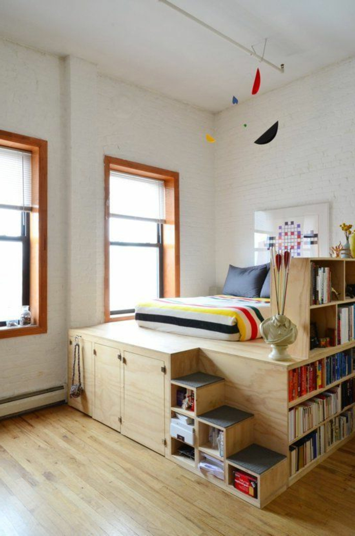 comment aménager une petite chambre, lit bibliothèque en bois avec petit escalier
