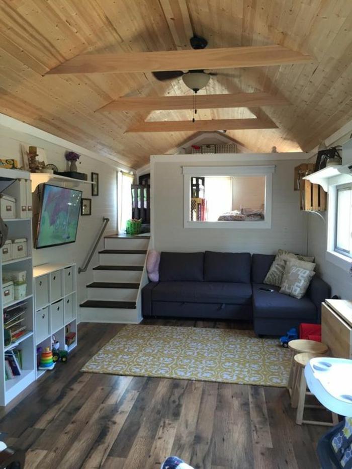 comment aménager une petite chambre, plafond en bois, sofa en angle, tc suspendu