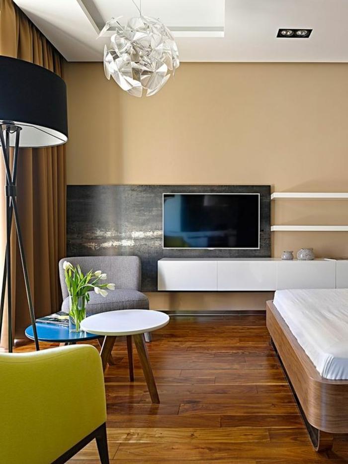 comment aménager une petite chambre, tv monté au mur, grand lit et tables basses