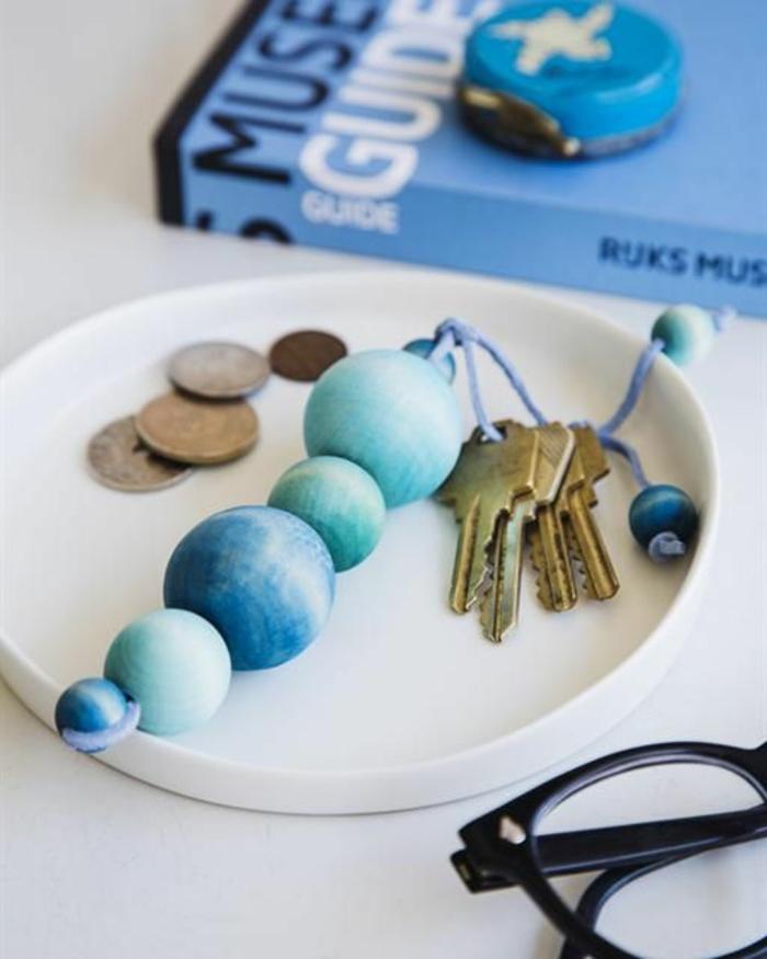 porte-clés original réalisé avec des billes en bois teintées et cordon en suédine