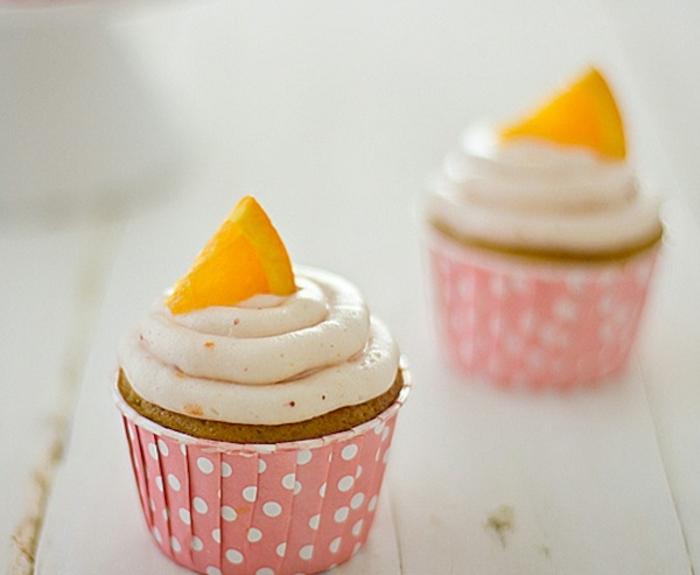 comment faire des cupcakes à la fraise, glacage crème à la vanille avec zeste orange et décoration de tranches d orange