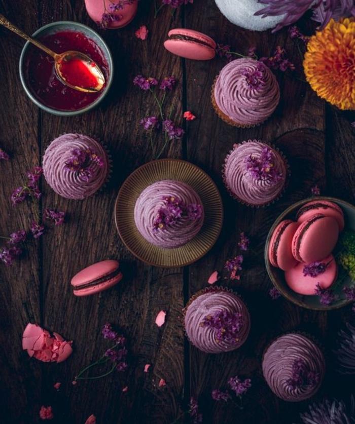 comment dresser une table pose thé, cupcakes yaourt et citron, avec confiture framboise, glacage couleur mauve, macarons rose, thé, fleurs