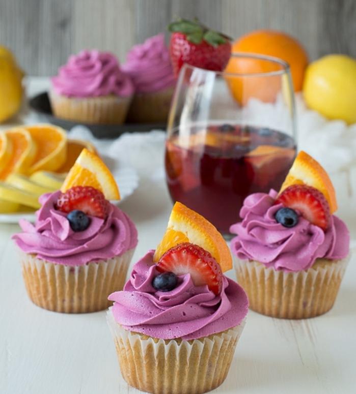 comment faire des cupcakes sangria, glacage cupcake aux myrtilles, decoration de fruits, fraises et orange