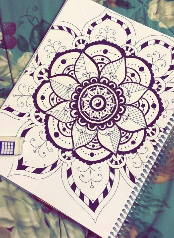 mandala facile a faire, cahier blanc, nappe verte à motifs floraux, mandala blanc et noir, cercles, feuilles