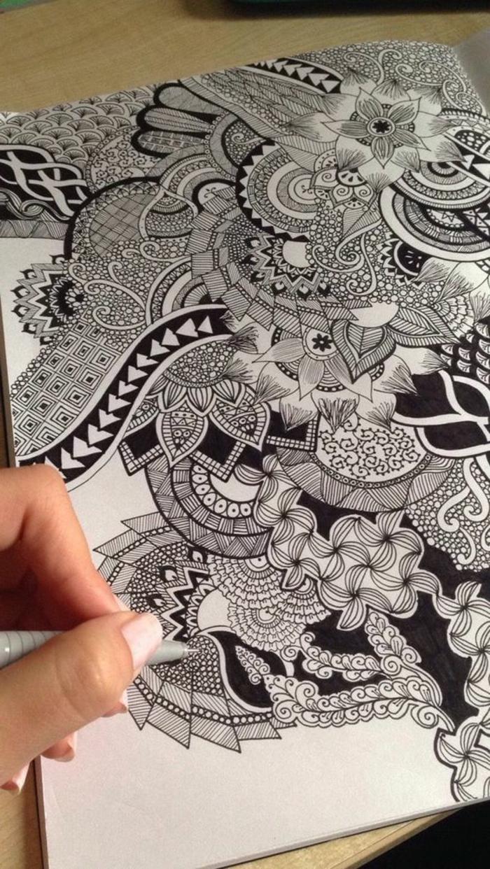 faire un mandala, manucure nude, crayon noir, mandala blanc et noir, papier blanc, table en bois