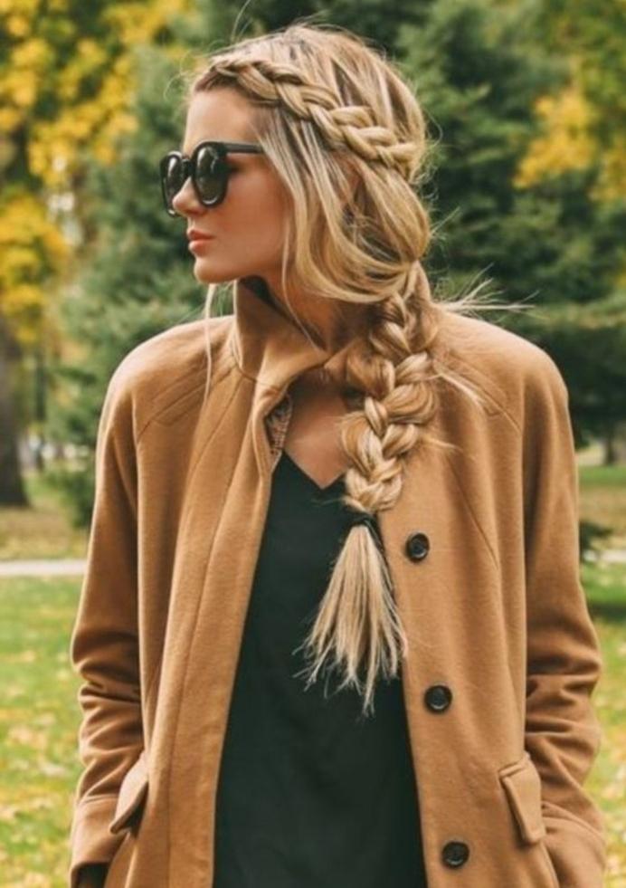 comment faire une tresse, effet décoiffé, tresse africaine sur le coté, femme moderne, style de tous les jours, lunettes de soleil, manteau marron