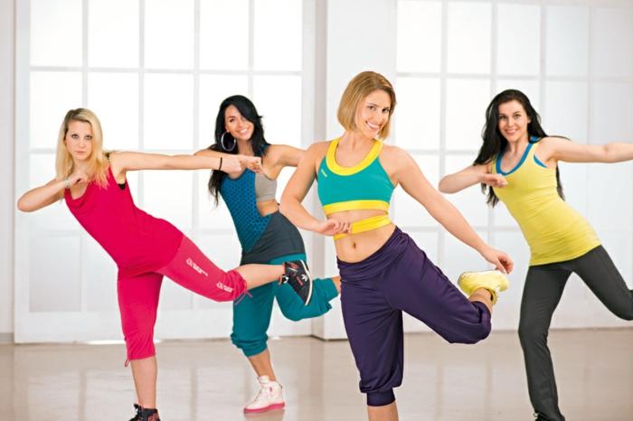 regime sportif, exercice pour maigrir, basket blanc et rose, legging kaki, salle de gym, tenue rose