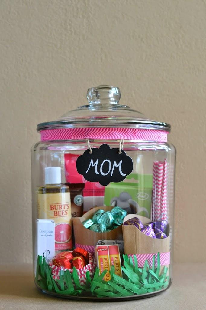 cosmétiques, gourmandises rangés dans un pot en verre, etiquette cadeau maman, decoration ruban rose, idee fete des meres
