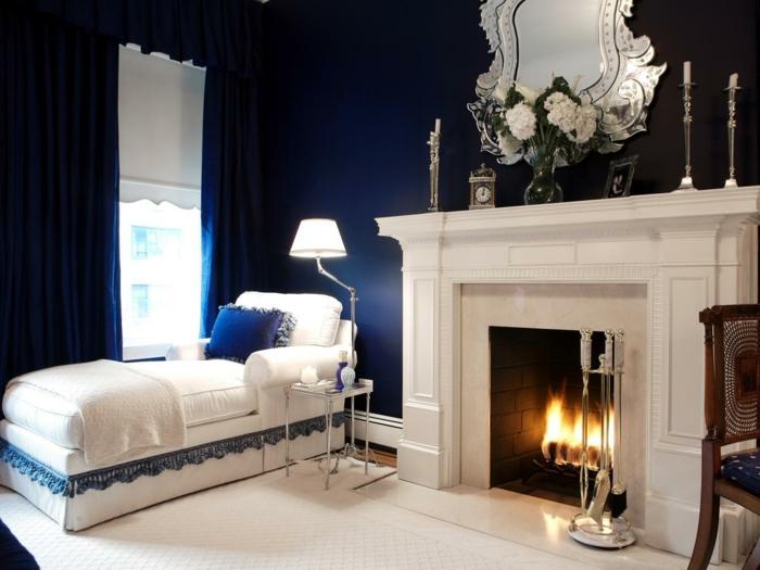 decoration interieur, murs bleus, rideaux bleu foncé, miroir en argent, bougeoirs en argent, tapis blanc