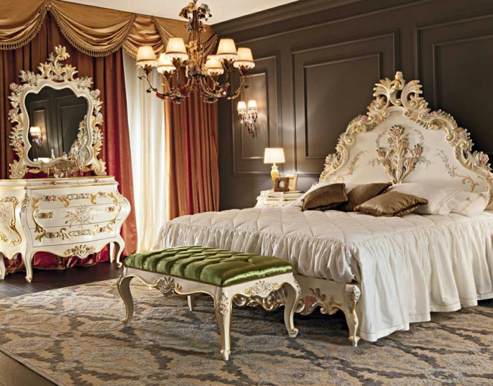 deco chambre, tapis en motifs damas, coin de maquillage blanc et or, murs taupe, rideaux longs, banc vert