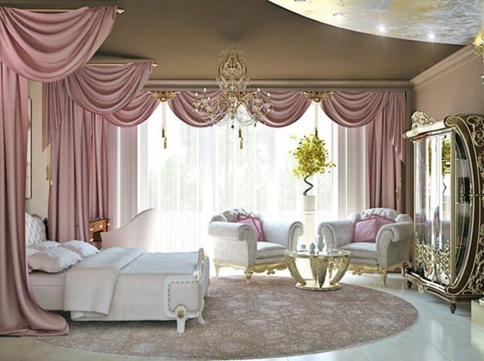 chambre boudoir, rideaux rose cendré, lit blanc, tapis rond, fauteuils damassés, grande fenêtre