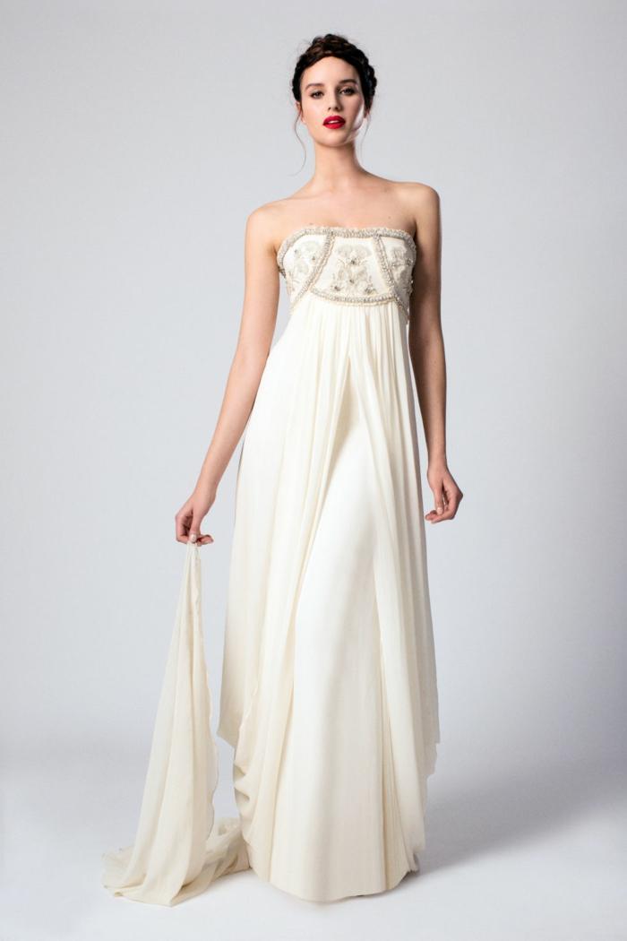 une robe de mariée style empire champagne d'une coupe fluide avec bustier brodé