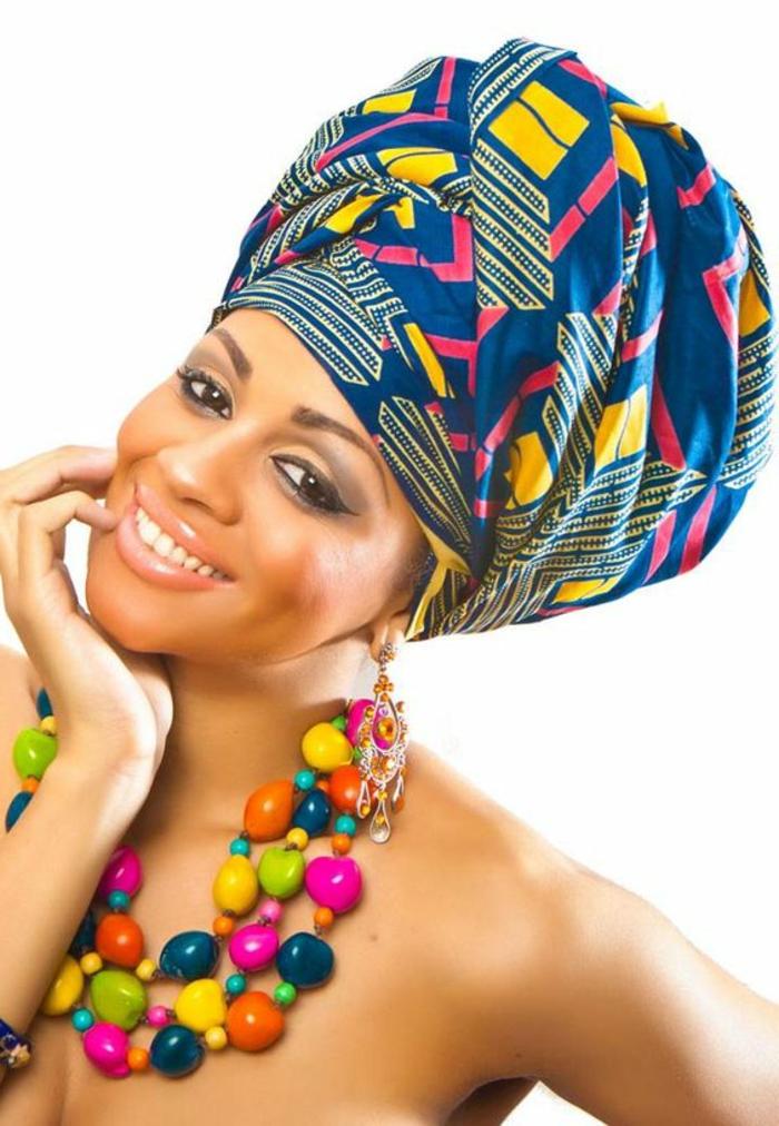 couture africaine, foulard enrobant la tête, collier avec grosses perles colorées