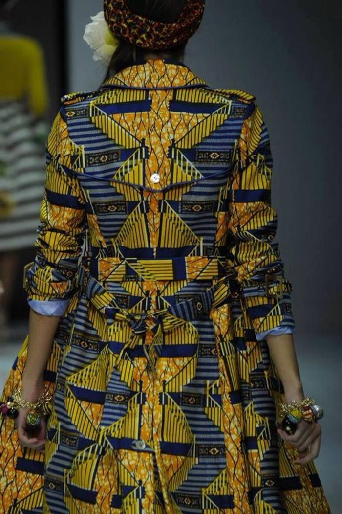 couture afrricaine, trench original en bleu et jaune, bracelets avec perles volumineux