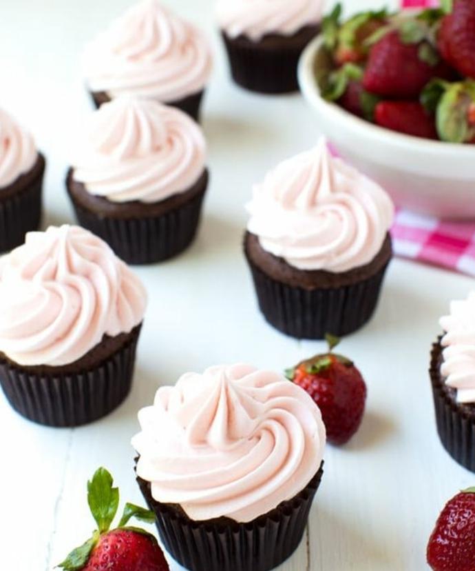 cupcake chocolat avec glacage cupcake crème de fraises, guimauve, idée comment faire un dessert printanier