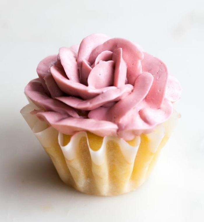 comment faire des cupcakes chocolat blanc, glacage en forme de rose, idée de cupcakes de mariage DIY
