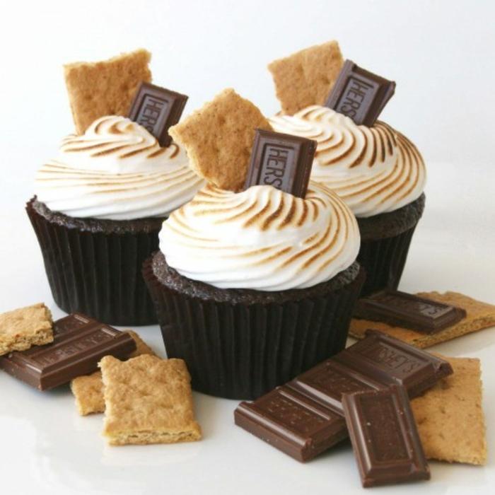 recette de cupcake chocolat avec glacage meringue, decoration barre de chocolat et biscuit, dessert original
