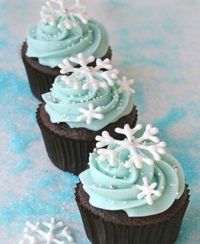 cupcakes chocolat, glacage crème bleue, flacons de neige et perles en sucre comestibles, cupcahe de Noel