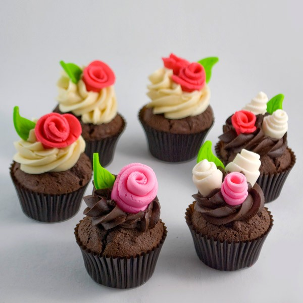 cupcakes fleuris, décoration de roses en sucre et glacage cupcakes de cacao, dessert mariage à faire soi meme
